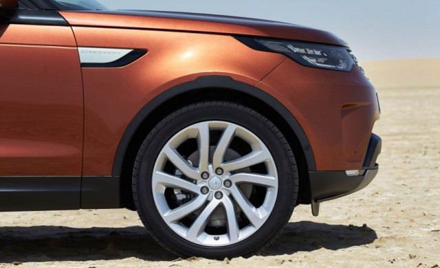 2017-Land-Rover-Discovery-126-876x535