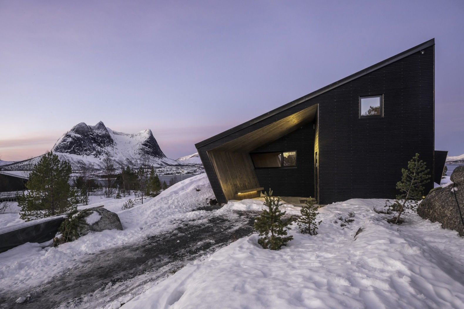 The Efjord Cabin is a Glass Masterpiece - Expedition Portal
